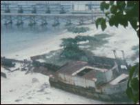 Xác một con tàu vượt biển, năm 1987, còn trên bãi biển đảo Pulau Bidong, Malaysia mà theo kể lại trên 300 người vượt biên trên tàu đã chết. (ảnh Bùi Văn Phú)