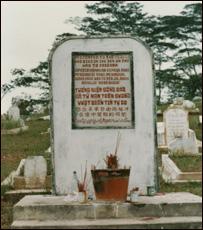 Bia tưởng niệm những người đã chết trên đường vượt biên dựng trong nghĩa trang trại tị nạn Galang, Indonesia, 1986. (ảnh Bùi Văn Phú)